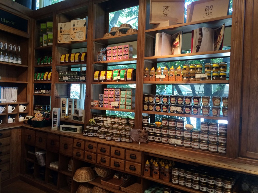 ジャムやスプレッドに蜂蜜などが並んだ大きな棚
