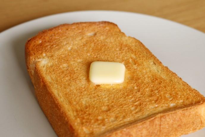 トーストしてバターをのせた超熟